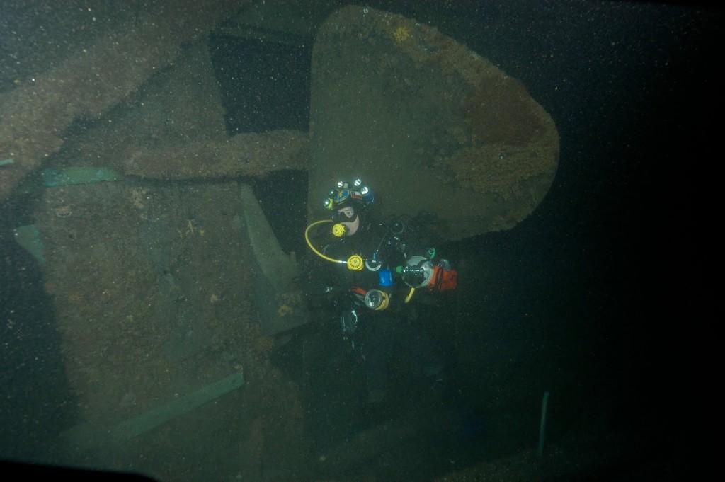 Daniel Malfanti en la hélice del naufragio corbeta esmeralda hundida en iquique