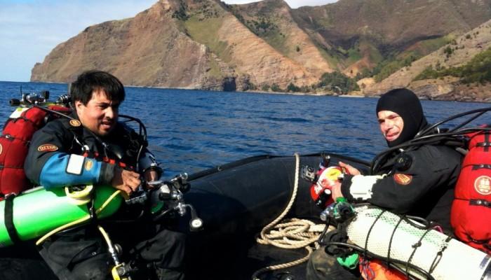 Daniel Malfanti y Francisco Inzunza preparandose para bucear el SMS Dresden